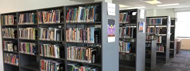 Photo des étagères de livres à la bibliothèque Margaret-Wilson.