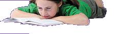 Image d'une fille allongée sur le ventre en train de lire.